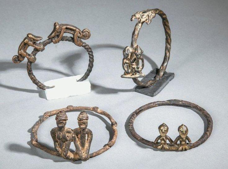 QUATRE BRACELETS en fer forgé torsadé, des couples de personnages en bronze ont été surmodelés à la cire perdue sur le bracelet. Sur l'un des exemplaires figure un couple de caméléons. Lobi, Burkina.