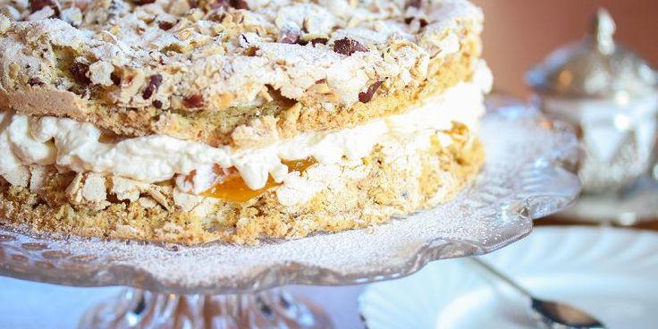 Lys Budapestkake - Aprikoser og hasselnøtter, nam! Budapestkake er en berømt festkake som vanligvis serveres som rullekake. Her har du kaken som lekker, rund kake!