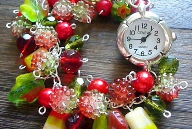 Ďalšie do série hodiek;tento krát v sviežom červeno-zelenom odtieni :).  Nájsť si tam môžte voskované perly v sýtom červeno odtieni, žíhané zeleno-červené lístky, a ďalšie rôzne tvarové korálky :).  Do sady môžte dokúpiť aj náhrdelník z podobného materiálu!