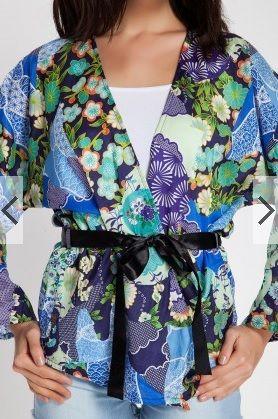 Rengarenk çiçek desenli, pamuk-polyester karışımı kumaştan üretilmiş, japone kol, asimetrik kesim mavi kimono-ceket. Belinde bulunan siyah saten kurdeleden üretilmiş kuşak kullanılarak kapatılmaktadır. Kuşak, fiyata dahildir. Dilerseniz; kuşağını çıkartıp, öndeki kulaklardan tutup belden bağlamalı olarak da kullanabilirsiniz. Standart bedendir; 36-38-40 beden için uygundur. 2013 sezonu trendleri arasında kimono-ceketler, öne çıkmaktadır. Mini denim şortlar, ispanyol paça pantalonlar, …