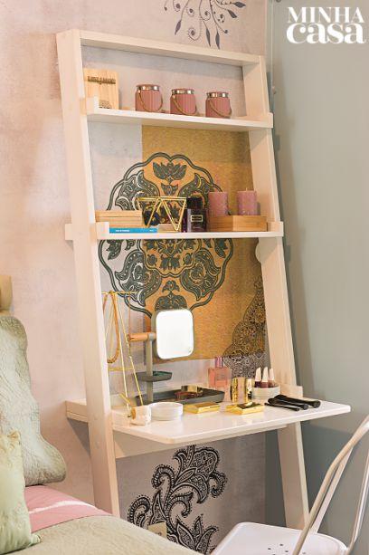 Bem ao lado da cama, a estante inclinada branca tem também função de penteadeira – a peça vai aparafusada na parede. Projeto da arquitetaCamila Valentini.