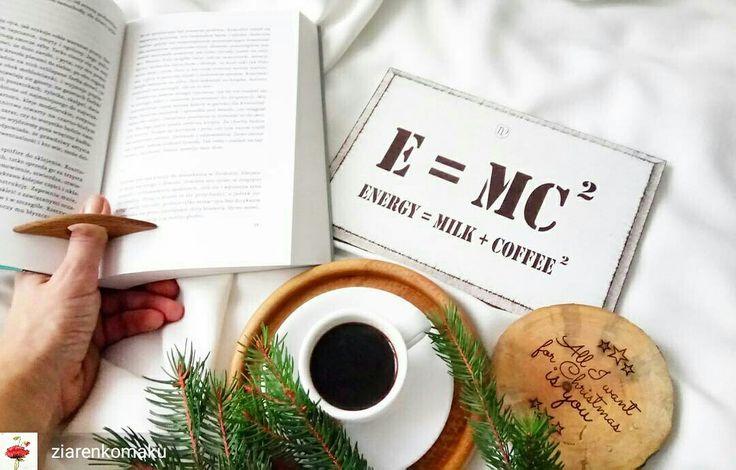 From @ziarenkomaku  -  Po powrocie od lekarza zalegam w pościeli Jednak nie wszystko da się zaplanować... Wygląda na to, że zapowiada mi się przerwa w świątecznych przygotowaniach. Na szczęście mam książkę, która z braku czasu leżała odłogiem. #leze #lezesobie #kawa #coffee #coffeeaddict #coffeetime #wood #e=mc2 #ksiazka #book #czytam #onthebed