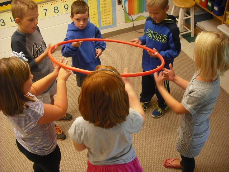 Samen een hoelahoep over de streep dragen, maar ieder mag maar twee vingers gebruiken.