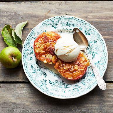 Tosca är namnet på ett underbart gott och knäckigt mandeltäcke som passar utmärkt att baka smarriga äpplen under. Toscaäpplen är suveränt att bjuda på till efterrätt, gärna med en klick lättvispad grädde eller en kula vaniljglass. Gästerna kommer att älska det!