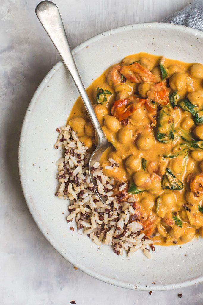 Ein völlig köstliches und stressfreies Kichererbsen-, Tomaten- und Spinat-Curry. Kochen…