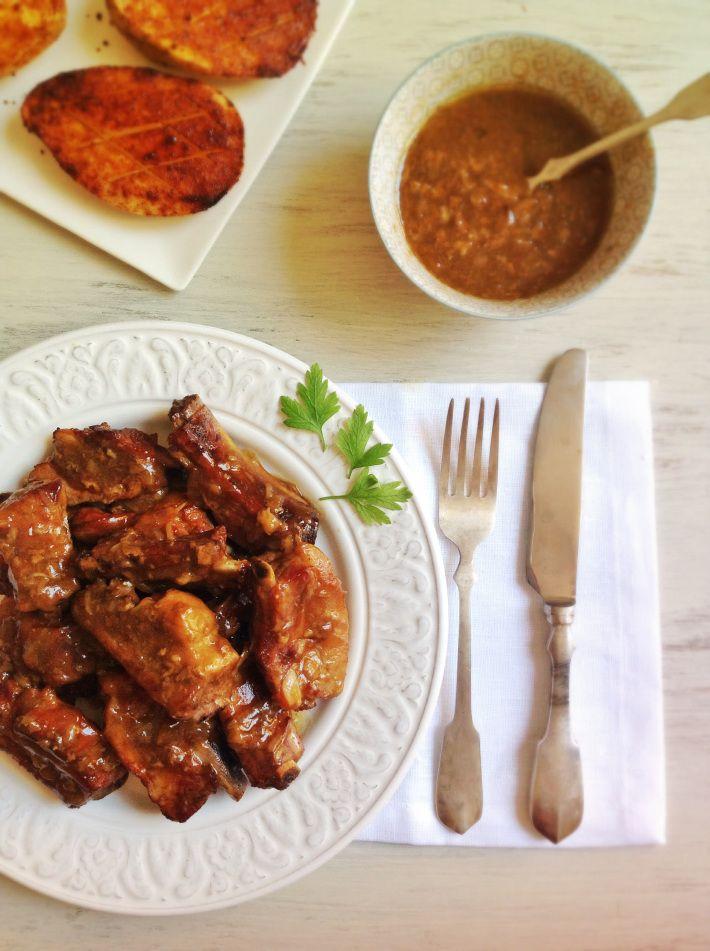 Costillas asadas con salsa de cebolla y coca-cola