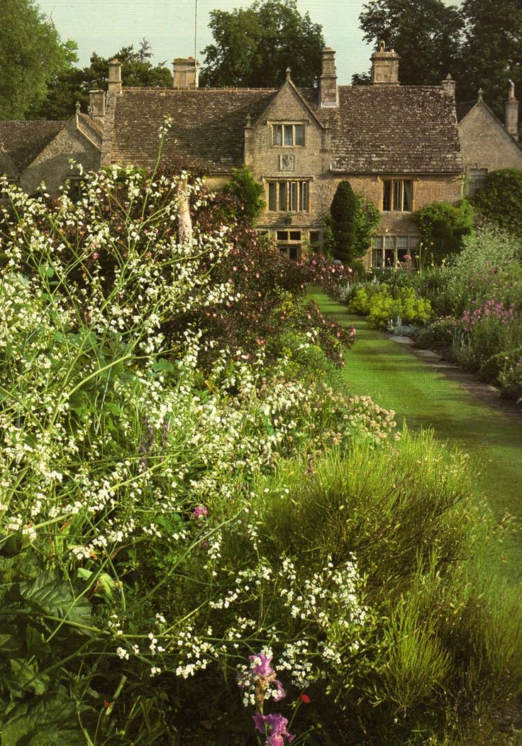 Burford, Oxfordshire. beautiful garden.