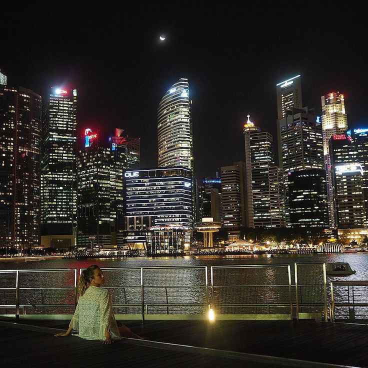 A city by night. Singapore is one of my favorite cities in South Asia. It's stylish and has an impressive architecture. You can't get enough of its skyscrapers. Especially during the night. This is the view over Marina Bay in thr city center. 🌃#singapore #asia #cityview #skyscraper #marina #bynight #sky #moon #night #nightlife #modern #architecture #travel #podróże #traveling #traveler #aroundtheworld #lights #photo #photographer #amazing #city #style #urban #architecturelovers #travelgirl…