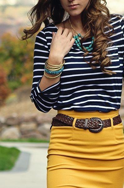 dunkelblaues und weißes horizontal gestreiftes Langarmshirt, senf Bleistiftrock, dunkelbrauner geflochtener Gürtel für Damen