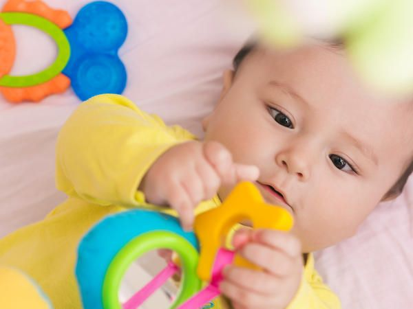 Los Mejores Juguetes Para Bebé En 2018 Elegidos Por Mamás Best Baby Toys Baby Toys Infant Activities