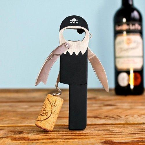 Unverzichtbares Accessoire um Flaschen jeglicher Art zu öffnen. Der Piraten Flaschenöffner und Korkenzieher ist die Allzweckwaffe in Bar und Küche. Ein witziges Geschenk für Freunde und Bekannte. Jack Sparrow lässt grüßen.