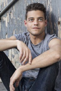 Why I find this man, Rami Malek, highly attractive, I don't know.