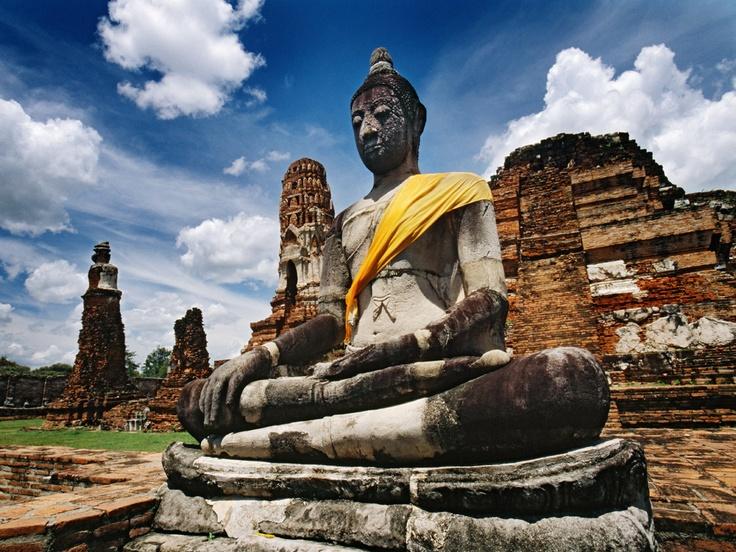 Estatuas de budas sentados en Wat Mahathat