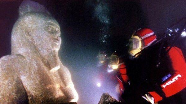 Por volta do ano 2000 o arqueólogo subaquático Franck Goddio encontrou os restos de uma Atlântida egípcia nas profundezes do lendário rio Nilo. São as cidades de Thonis-Heracleion e Canopo submersas há mais de mil anos no mediterrâneo. Segundo os especialistas os objetos encontrados mudarão nossa compreensão sobre as histórias grega e egípcia. São mais de 200 itens muito bem conservados entre os quais está uma estátua de granito de cinco metros e meio de altura correspondente ao deus egípcio…