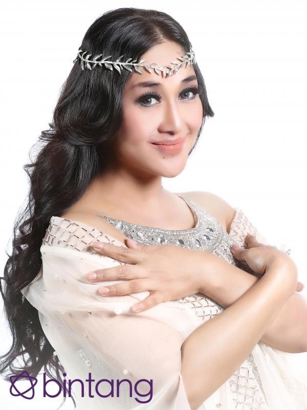 #Bintang3Generasi #1TahunBintang #Eksklusif  Seni seakan sudah mendarah daging, maka tak heran jika Paramitha Rusady telah akrab dengan dunia tarik suara dan peran sejak berusia kanak-kanak. Karenanya, tak keliru rasanya untuk mengatakan hampir seluruh hidup Paramitha didedikasikan untuk berkarya sebagai seniman.  #ParamithaRusady #Aktris #Bintang #Indonesia