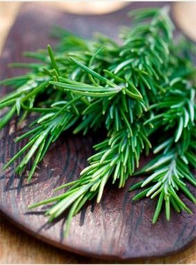 Shampooing Aromatique Battez un oeuf entier avec 4 cuil à soupe d'huile d'olive. Ajouter 5 gouttes d'huile essentielle de thym, 5 gouttes d'huile essentielle de romarin et 5 gouttes d'huile essentielle d'arbre à thé.