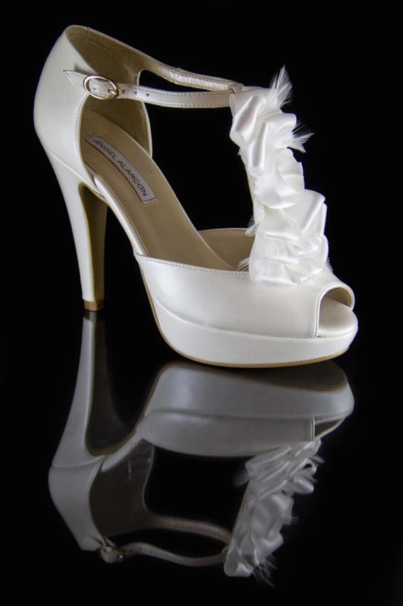 Boda. Zapato de novia Ángel Alarcón. Calzado de fantasía adornado con flores en raso y plumas