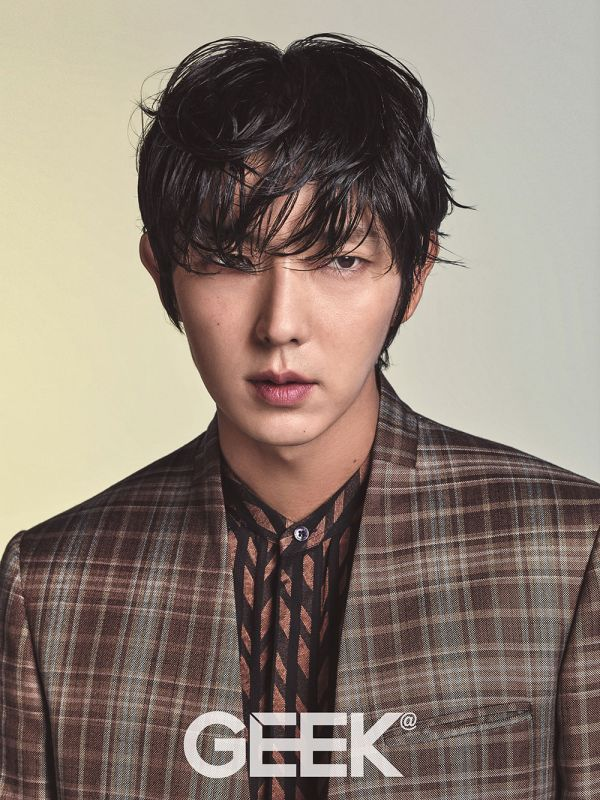 Lee Joon Ki takes a break from filming Scarlet Heart: Ryeo to charm us with a cool & chic look