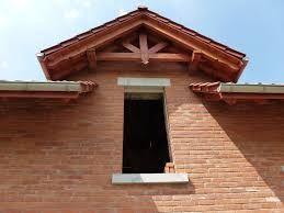 Znalezione obrazy dla zapytania daszek nad wejściem na filarach z cegły