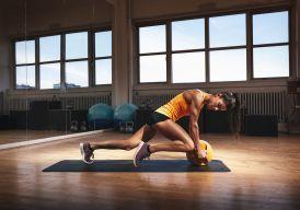A aula a seguir intercala exercícios abdominais com a brincadeira de pular corda, ou seja, localizada com aeróbica: você vai, ao mesmo tempo, tonificar o abdômen e enxugar os excessos!