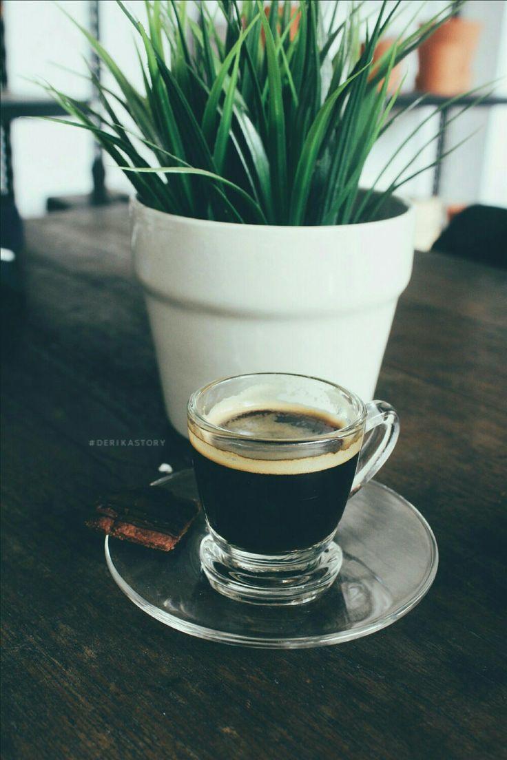 """Bukankah kesempurnaan rasa kopi itu dari rasa pahitnya ? dan sebagai mana sang putih, kopi yang pahit berwarna hitam itu membewa pesan : """"bahwa hitampun bisa menjadi sahabat sejati, teman dalam mengarungi pahitnya kehidupan."""" nikmatnya rasa, indahnya keberagaman - kang maman 🍃 . #derikastory #ikacumasukafoto #coffe #espresso"""