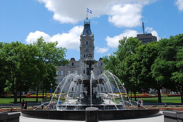 Fontaine de Tourny et Parlement, Québec/ Quebec's Parliament Building and Tourny's water fountain, Quebec City by Tours Voir Québec, via Flickr