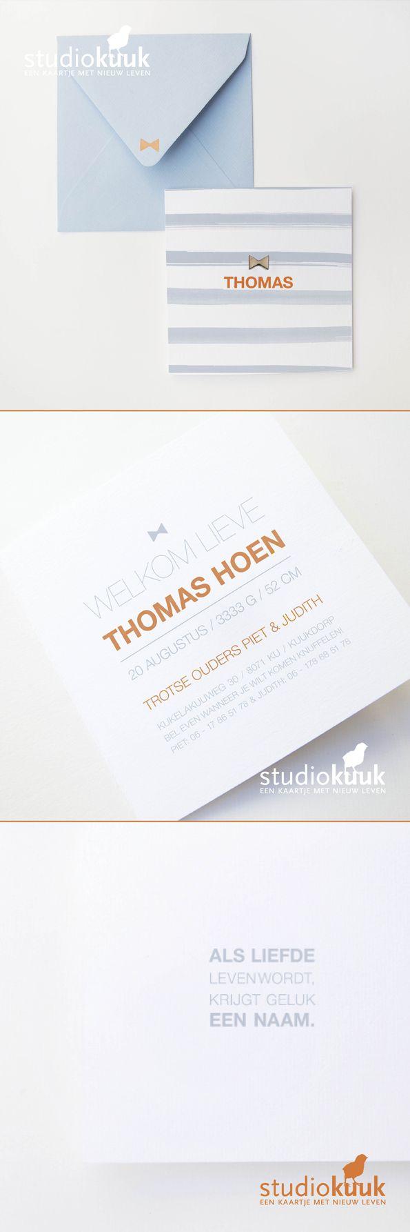 Landelijk, stoer geboortekaartje voor een jongen_Geboortekaartje met houten strik_vlinderdas_geboortekaartje jongen_oud blauw_fluor_blauwe envelop met fluor stempel #www.studiokuuk.nl