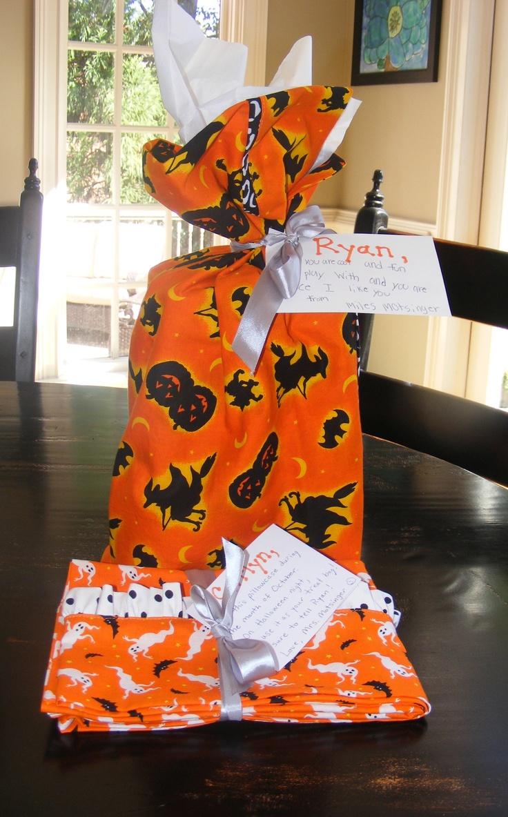 A wrapped gift in a homemade pillow case. & Die besten 25+ Homemade pillow cases Ideen auf Pinterest ... pillowsntoast.com