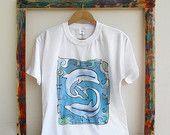 Dipingere a mano t-shirt con i delfini. Unica mano dipinta cottton t-shirt. Estate mare maglietta. Pronti per la spedizione