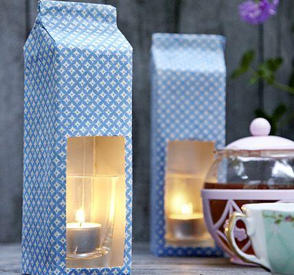 Milchmädchenrechnung für Bastelköniginnen: Mit dem Cutter in eine leere Milchtüte oder Saftpackung vorn ein großes Fenster schneiden und auf der Rückseite oben eine zweite Öffnung - wichtig, damit es innen nicht zu heiß wird! Außen mit Geschenkpapier bekleben, Teelicht im Trinkglas hineinsetzen. Mehrere Tütenlaternen in einer Reihe schmücken jede Gästetafel.