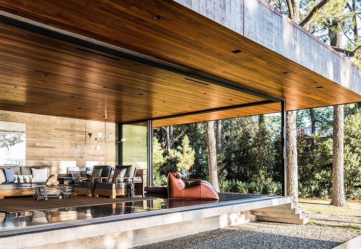 Гостиная со сдвижными стекленными стенами легко превращается в открытую террасу.