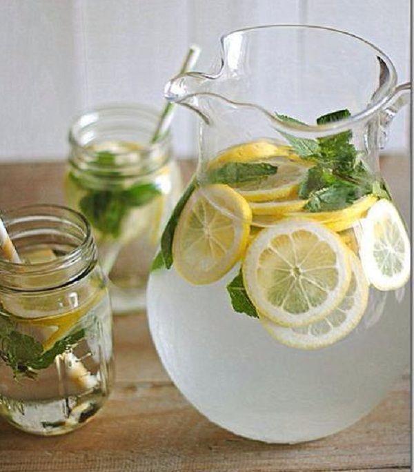 4. Холодный чай с лимоном, имбирем и базиликом: 2 лимона; 5 ломтиков корня имбиря; 10 свежих листьев базилика; 3 ч. л. мёда. Разрежь пополам лимоны и выжми их. Вылей лимонный сок в кастрюлю, добавь остальные ингредиенты и залей горячей водой. Дай остыть. Можно подавать с кубиками льда. Такой чай снимет головную боль.