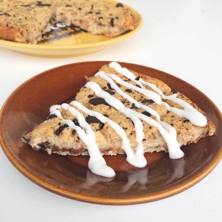 Pastel de falsa galleta 300 gramos de garbanzos o alubias blancas (usé las segunda),1/2 taza de copos suaves de avena o quinoa (usé la segunda), 1/2 taza de puré de manzana, 2 cucharadas de AOVE,3 claras de huevo,10 gotas de stevia (o 6 gramos de stevia), 2 cucharaditas de levadura, 1/3 taza de leche al gusto (en mi caso, de almendras sabor vainilla) 1 onza de chocolate negro sin azúcar.