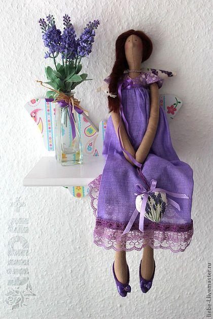Купить или заказать Лавандовая фея по имени Флорет. Тильда. Декор. Прованс. в интернет-магазине на Ярмарке Мастеров. Лавандовая феечка Флорет или просто Флор. Цветущая, яркая, красивая и незабываемая авторская кукла будет прекрасным украшением интерьера в стиле прованс. Тело куклы выполнено из английского хлопка телесного цвета, платье - немецкий хлопок и отечественный сатин, туфельки украшены бусинками Swarovski, волосы - натуральная шерсть. При покупке феечки букетик декоративной лаванды…