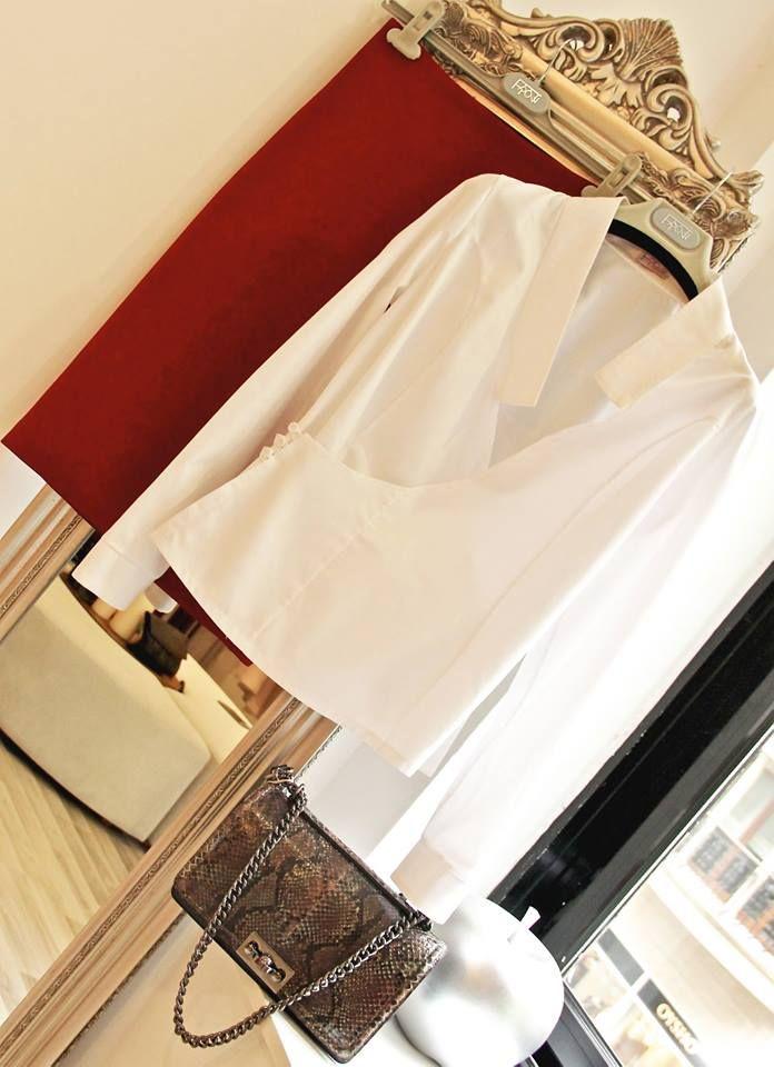 Şık ve stil sahibi görünmenin sırları Frow tasarımlarından geçiyor. Frow tasarımı beyaz koton asimetrik gömlek - bordo kalem etek ve yılan derisi zincirli çantamızı kombinleyebilirsiniz