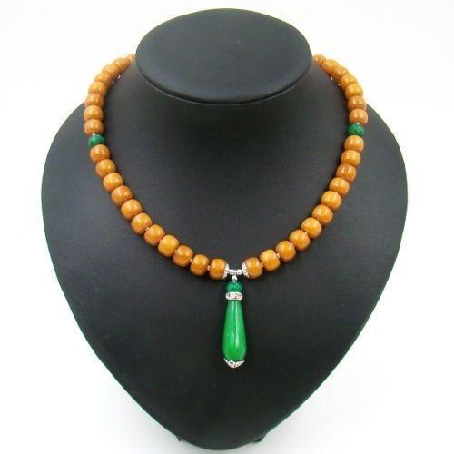 Online veilinghuis Catawiki: Handgemaakte ketting van barnsteen en smaragd, 44 cm