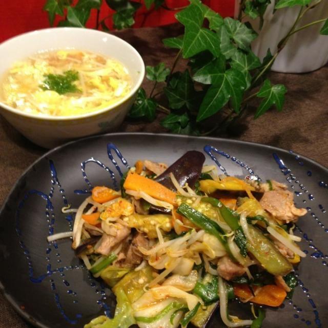 豚キムチ(茄子・キャベツ・もやし・にら・人参・パプリカ) 中華スープ(エノキ・人参・玉子) グリーンサラダ からし蓮根 薩摩揚げ   野菜好きな私、豚キムチも野菜てんこ盛りになっちゃった〜 - 59件のもぐもぐ - 豚キムチ・玉子中華スープ by Mina0602