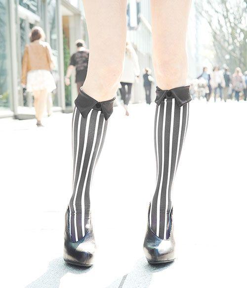 """エリマキ ソックスから新作""""シャツ型靴下""""登場 - 白&黒のストライプ柄   ニュース - ファッションプレス"""