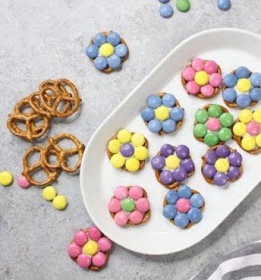 3 Ingredient easy pretzel flower bites - party snack // Smarties virágok pereccel egyszerűen - tavaszi édesség // Mindy - craft tutorial collection