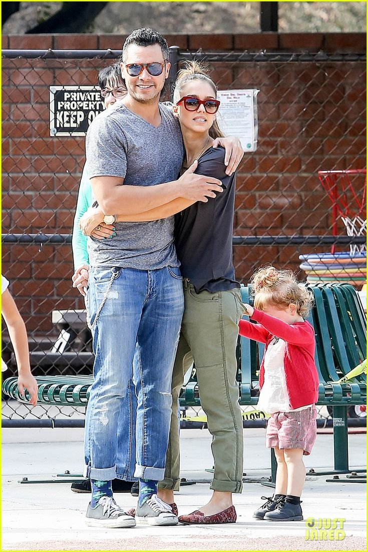 Jessica Alba and Cash Warren take their daughters Honor and Haven to the park on January 25, 2014