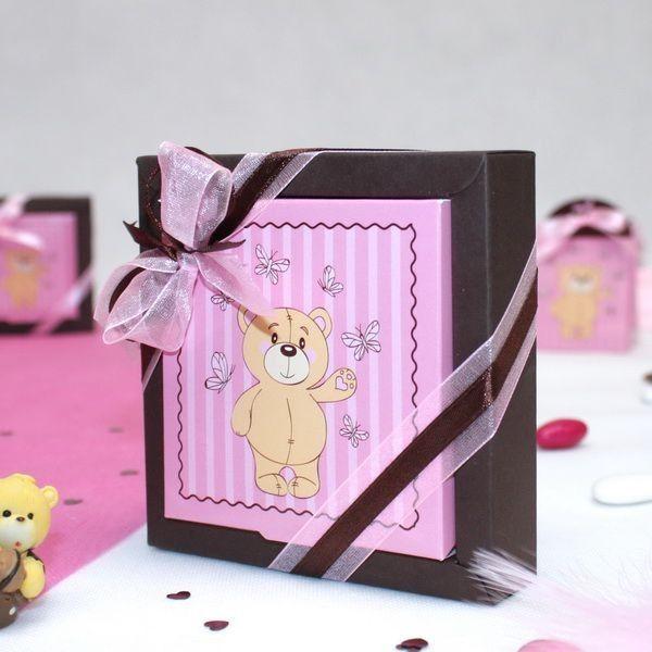 Une grande boite à dragées carrée ourson rose, pour les plus gourmands, vous pourrez offrir aux parrains et marraines lors du baptême de votre petite fille. Remplissez cette boite à dragées carrée avec de délicieuses dragées aux amandes roses.