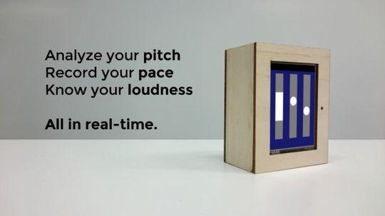 プレゼン練習デバイス(  Dictito SpeechBoxは、3.2インチ画面を搭載する、コンパクトな箱形をしたデバイス。机の上など置き、これに向かってプレゼンのリハーサルをすると、話すスピードや声の大きさ、高さなどを計測してリアルタイムに判定してくれる。1人で練習ができるので、同僚や友人を煩わせることなく、自分で納得いくまでリハーサルできる。