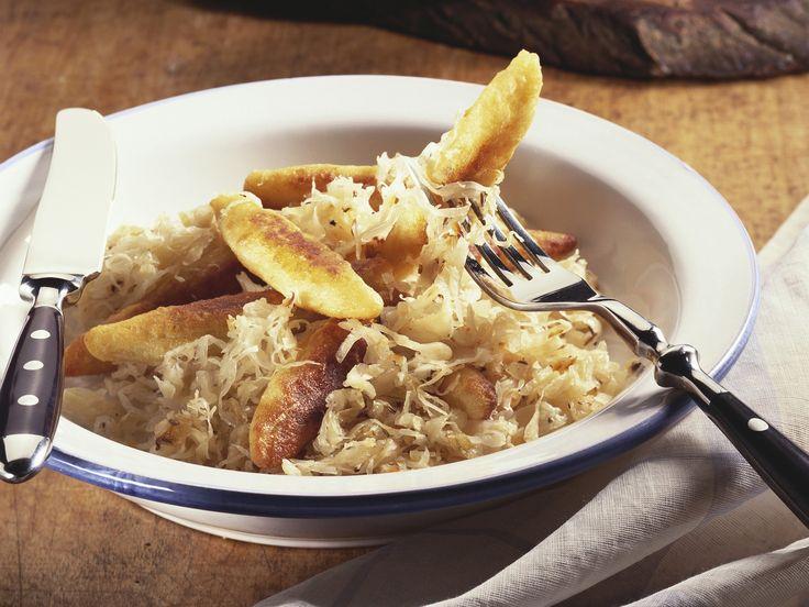 Schupfnudeln mit Sauerkraut | Kalorien: 481 Kcal - Zeit: 50 Min. | http://eatsmarter.de/rezepte/schupfnudeln-mit-sauerkraut-3