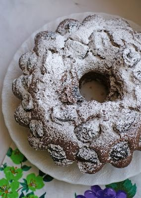Kakaowa babka z suszonymi śliwkami