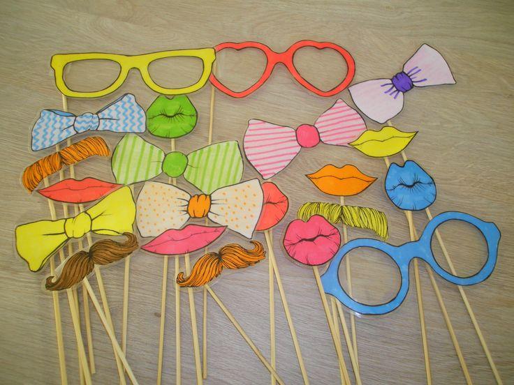Brillen, strikken, lippen en snorren op een stokje. Leuk om foto's mee te nemen. Ook leuk in andere thema's zoals carnaval, Vaderdag, Moederdag, fotograaf,... *liestr*