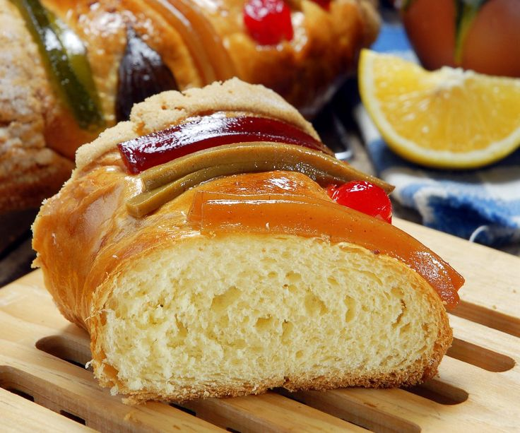 COMO HACER UNA ROSCA DE REYES – RECETA ROSCA DE REYES this recipe looks pretty legit. I will try it next Dia de Reyes :) Yumm