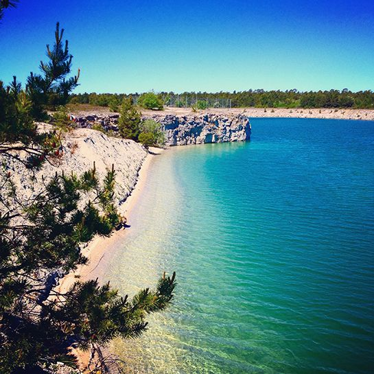 Fantastiskt vatten i Blå lagunen, som gör skäl för sitt namn!  #gotland #gotlandstips #sweden  #beach #bluelagoon #lake