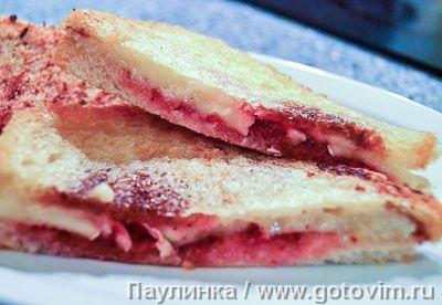 Французские сандвичи хлеб - 4 кусочка; камамбер (маленький круг) - 1/2 шт.; брусничный (или клюквенный) соус - 6 ч.л.; сливочное масло - 40г; бальзамический уксус - несколько капель.