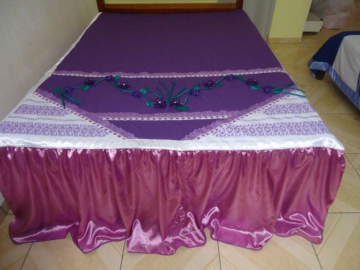 Linda colcha de cama de casal, bordada em fita, com babado, algumas são forradas, tenho 10 modelos lindos, compre já a sua .