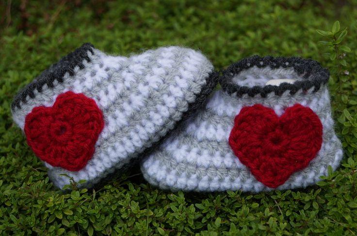 ♥ gehäkelte Baby- Schuhe mit Herz ♥ von Sternen - Welt auf DaWanda.com